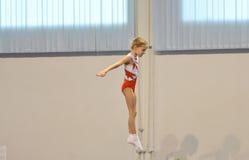 Orenbourg, Russie - 28 janvier 2017 : Les filles concurrencent en sautant sur le trempoline Image libre de droits