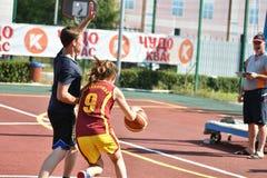 Orenbourg, Russie - 30 juillet 2017 année : Basket-ball de rue de jeu de filles et de garçons Photographie stock libre de droits