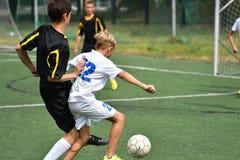 Orenbourg, Russie - 31 juillet 2017 année : le football de jeu de garçons Images stock