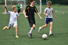 Orenbourg, Russie - 31 juillet 2017 année : le football de jeu de garçons Photographie stock