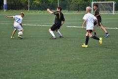 Orenbourg, Russie - 31 juillet 2017 année : le football de jeu de garçons Photos stock