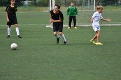 Orenbourg, Russie - 31 juillet 2017 année : le football de jeu de garçons Image stock