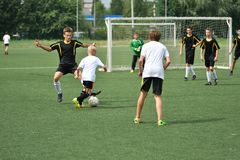 Orenbourg, Russie - 31 juillet 2017 année : le football de jeu de garçons Image libre de droits