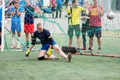 Orenbourg, Russie - 9 juillet 2016 : Le football de jeu de garçons Image libre de droits