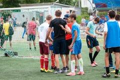 Orenbourg, Russie - 9 juillet 2016 : Le football de jeu de garçons Photos stock