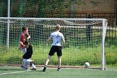 Orenbourg, Russie - 28 juin 2017 année : le football de jeu de garçons Photographie stock libre de droits