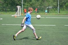 Orenbourg, Russie - 28 juin 2017 année : le football de jeu de garçons Image stock