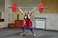 Orenbourg, Russie, le 16 décembre 2017 années : les filles concurrencent dans l'haltérophilie Photographie stock