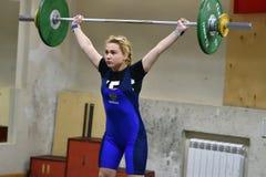 Orenbourg, Russie, le 16 décembre 2017 années : les filles concurrencent dans l'haltérophilie Image libre de droits