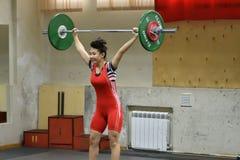 Orenbourg, Russie, le 16 décembre 2017 années : les filles concurrencent dans l'haltérophilie Photos stock