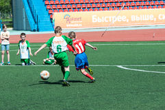 Orenbourg, Russie - 31 mai 2015 : Le football de jeu de garçons Image libre de droits