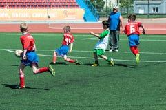 Orenbourg, Russie - 31 mai 2015 : Le football de jeu de garçons Photo libre de droits