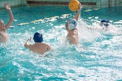 Orenbourg, Russie - 6 mai 2015 : Le jeu de garçons dans le polo d'eau Image libre de droits