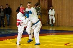 Orenbourg, Russie - 14 mai 2016 : Les garçons concurrencent dans le combat au corps à corps Photographie stock libre de droits