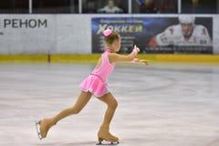 Orenbourg, Russie - 25 mars 2017 année : Les filles concurrencent dans le patinage artistique Images stock