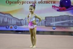 Orenbourg, Russie - 25 novembre 2017 année : les filles concurrencent en gymnastique rythmique Photographie stock