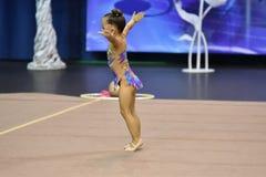 Orenbourg, Russie - 25 novembre 2017 année : les filles concurrencent en gymnastique rythmique Images stock
