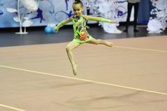Orenbourg, Russie - 25 novembre 2017 année : les filles concurrencent en gymnastique rythmique Photo libre de droits