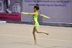 Orenbourg, Russie - 25 novembre 2017 année : les filles concurrencent en gymnastique rythmique Photographie stock libre de droits