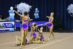 Orenbourg, Russie - 25 novembre 2017 année : les filles concurrencent en gymnastique rythmique exécutent des exercices avec des c Photo libre de droits