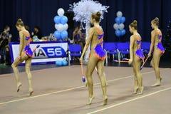 Orenbourg, Russie - 25 novembre 2017 année : les filles concurrencent en gymnastique rythmique exécutent des exercices avec des c Photos libres de droits