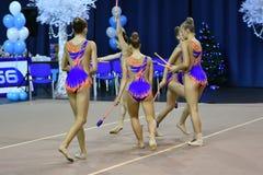 Orenbourg, Russie - 25 novembre 2017 année : les filles concurrencent en gymnastique rythmique exécutent des exercices avec des c Photo stock