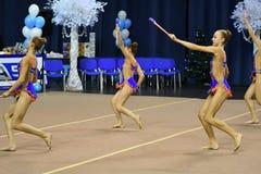 Orenbourg, Russie - 25 novembre 2017 année : les filles concurrencent en gymnastique rythmique exécutent des exercices avec des c Images libres de droits