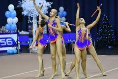 Orenbourg, Russie - 25 novembre 2017 année : les filles concurrencent en gymnastique rythmique exécutent des exercices avec des c Photographie stock