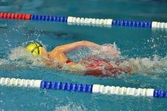 Orenbourg, Russie - 13 novembre 2016 : Les filles concurrencent dans la natation de style libre Images stock
