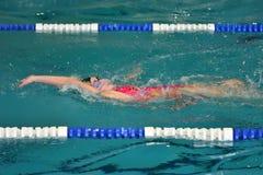Orenbourg, Russie - 13 novembre 2016 : Les filles concurrencent dans la natation sur le dos Photos libres de droits
