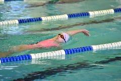 Orenbourg, Russie - 13 novembre 2016 : Les filles concurrencent dans la natation sur le dos Image libre de droits