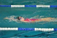Orenbourg, Russie - 13 novembre 2016 : Les filles concurrencent dans la natation sur le dos Photographie stock