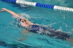 Orenbourg, Russie - 13 novembre 2016 : Les filles concurrencent dans la natation sur le dos Images stock