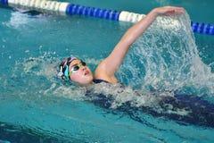 Orenbourg, Russie - 13 novembre 2016 : Les filles concurrencent dans la natation sur le dos Photo libre de droits