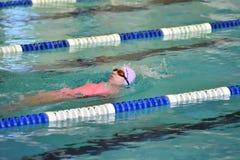 Orenbourg, Russie - 13 novembre 2016 : Les filles concurrencent dans la natation sur le dos Photo stock