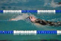 Orenbourg, Russie - 13 novembre 2016 : Les filles concurrencent dans la natation sur le dos Photographie stock libre de droits