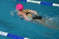 Orenbourg, Russie - 13 novembre 2016 : Les filles concurrencent dans le style de papillon de natation Photo libre de droits
