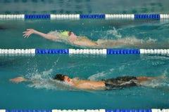 Orenbourg, Russie - 13 novembre 2016 : Les garçons concurrencent dans la natation sur le dos Image stock