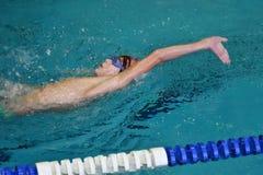 Orenbourg, Russie - 13 novembre 2016 : Les garçons concurrencent dans la natation sur le dos Photo stock