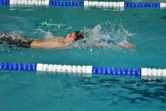 Orenbourg, Russie - 13 novembre 2016 : Les garçons concurrencent dans la natation sur le dos Photographie stock libre de droits