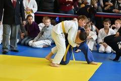 Orenbourg, Russie - 5 novembre 2016 : Les garçons concurrencent dans le judo Photos stock