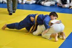 Orenbourg, Russie - 5 novembre 2016 : Les garçons concurrencent dans le judo Images libres de droits