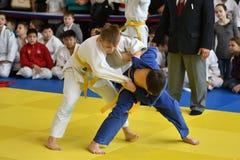 Orenbourg, Russie - 5 novembre 2016 : Les garçons concurrencent dans le judo Photographie stock