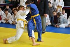 Orenbourg, Russie - 5 novembre 2016 : Les garçons concurrencent dans le judo Images stock
