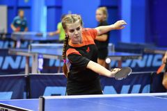 Orenbourg, Russie - 15 septembre 2017 année : fille jouant le ping-pong Photo stock