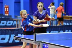 Orenbourg, Russie - 15 septembre 2017 année : fille jouant le ping-pong Photographie stock