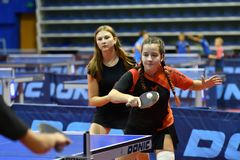 Orenbourg, Russie - 15 septembre 2017 année : fille jouant le ping-pong Images stock