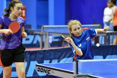 Orenbourg, Russie - 15 septembre 2017 année : fille jouant le ping-pong Image stock