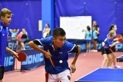 Orenbourg, Russie - 15 septembre 2017 année : Garçons jouant le ping-pong Image stock