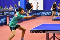 Orenbourg, Russie - 15 septembre 2017 année : Garçons jouant le ping-pong Images stock